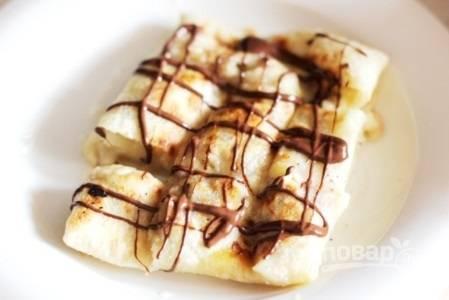 11. Полейте блинчики шоколадом и подавайте к столу.