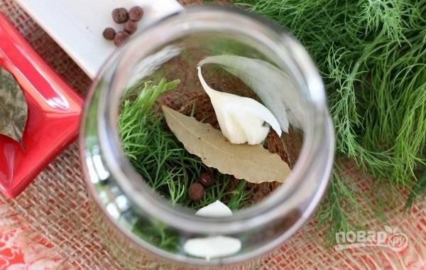 5. Добавьте чеснок, зелень и специи.