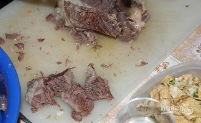 6. Готовый бульон несколько раз процедите. Остывшее мясо нарежьте кусочками.