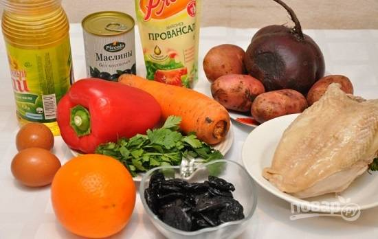 Заранее отвариваем до готовности куриную грудку, овощи и яйца. Если у вас жестковатый чернослив, залейте его на 5 минут кипятком.