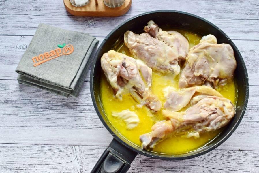 Добавьте плавленный сырок, молотый перец и сушеный чеснок. Перемешайте и тушите еще 10 минут.