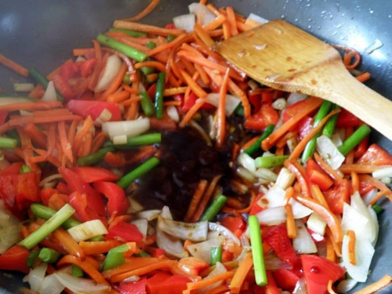 Добавьте устричный соус и сахарный сироп, хорошо перемешайте пару раз.  Влейте соевый соус и снова пару раз перемешайте.