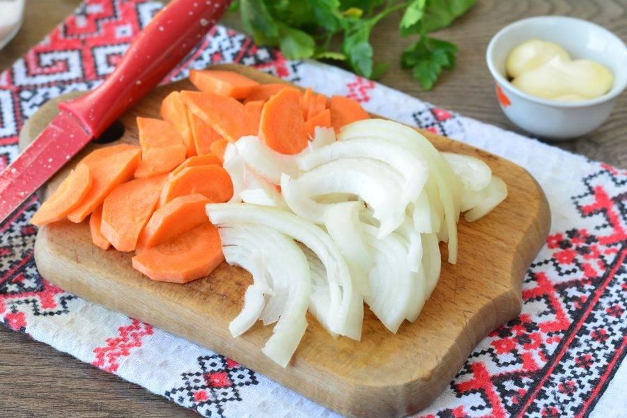 Почистите овощи, нарежьте лук с морковкой тонкими полукольцами.
