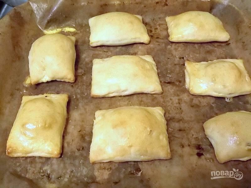 Смажьте слойки яйцом. Поставьте в горячую духовку и выпекайте при 200 градусах в течение 15 минут.