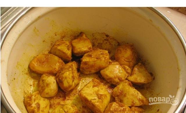 Куриное филе вымойте и обсушите бумажными полотенцами. Нарежьте на небольшие кусочки одинаковой величины. Обжарьте курицу на растительном масле с добавлением карри.