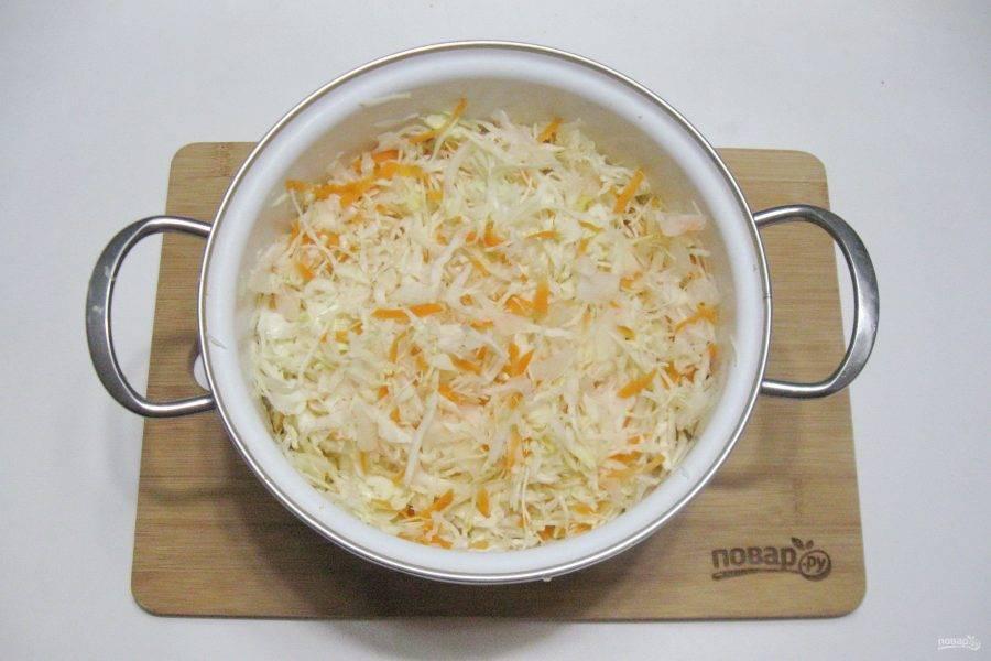 Перемешайте капусту с морковью.