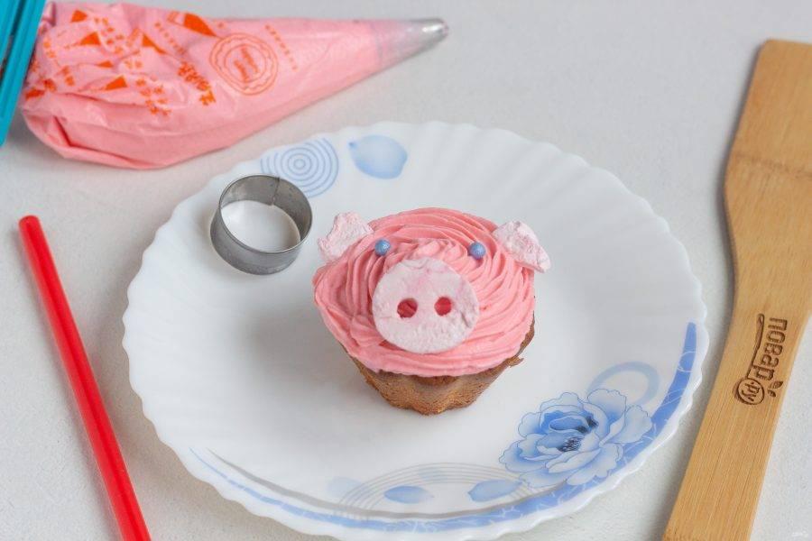 На полностью остывшие кексы отсадите крем и украсьте декором.
