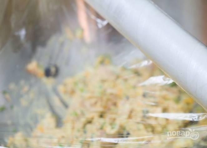 5.Накрываю салатник пищевой пленкой и убираю в холодильник на 1 час.