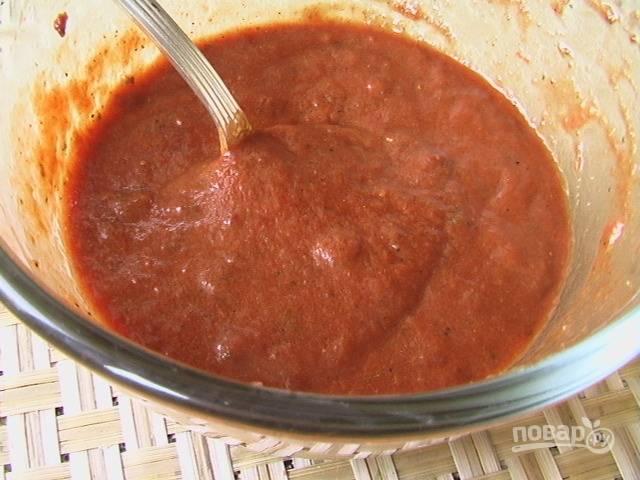 Когда смесь из сковороды остынет, протираем ее через сито. Затем добавляем все специи, орехи и томатную пасту. Хорошо перемешиваем.