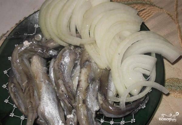 Рыбку подаем с луком. Приятного аппетита :)