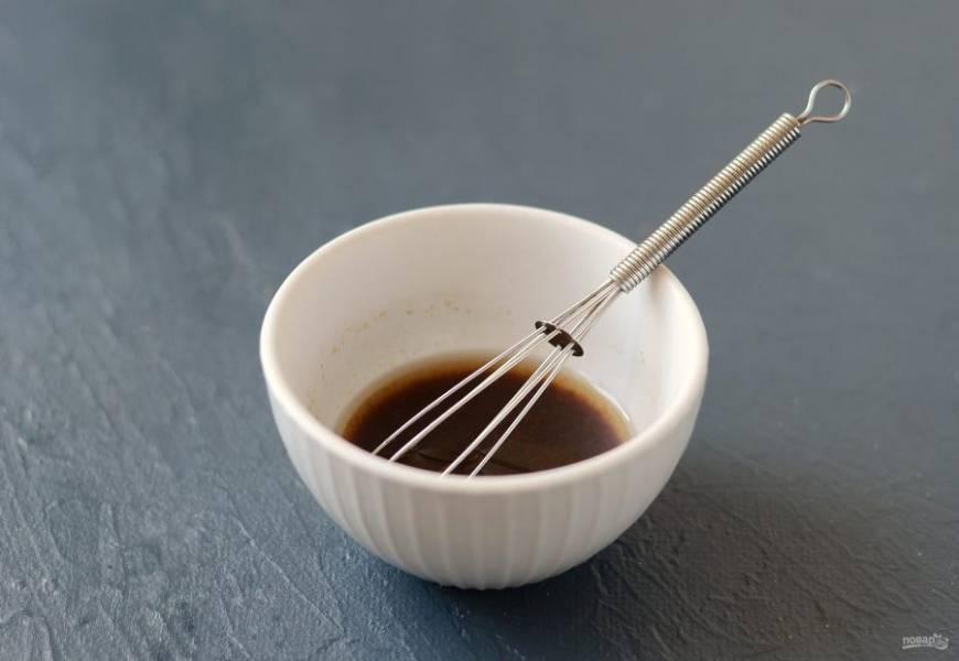 Для заправки смешайте соевый соус с растительным маслом, уксусом, сахаром и острым молотым красным перцем.