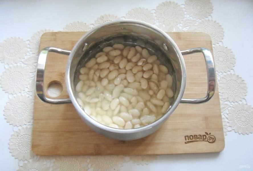 Варите фасоль до готовности, воду слейте.