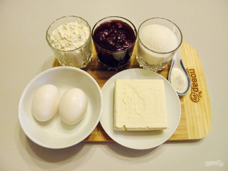 Наши бабушки использовали соду для пирогов. Я же предлагаю ее заменить на разрыхлитель. Его понадобится такое же количество, но ложечку наберите с горкой. Приступим.