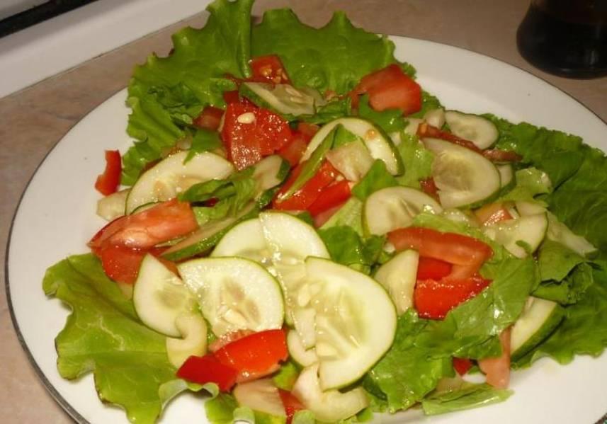 На тарелку выкладываем листья салата. Помидоры, огурцы, перец произвольно нарезаем. Добавляем зелень (например, укроп) и хорошенько перемешиваем.