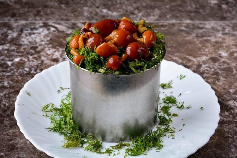 Украсьте салат опятами и укропом, формируя поляну.