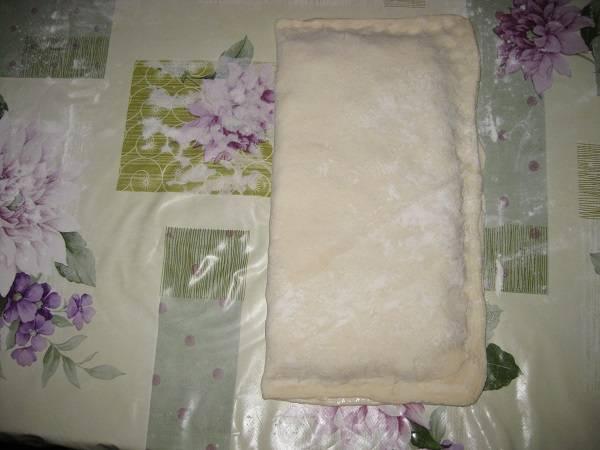 5. Аккуратно завернуть лист с пустого края и плотно защипнуть края. Тоже самое проделать и с другим листом теста и начинкой.