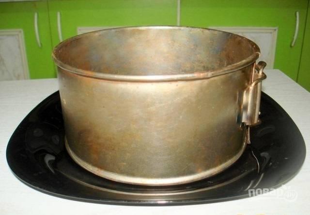 5.На тарелку с широкими краями ставлю разъемную форму для торта, выкладываю нижним слоем половину картофеля.