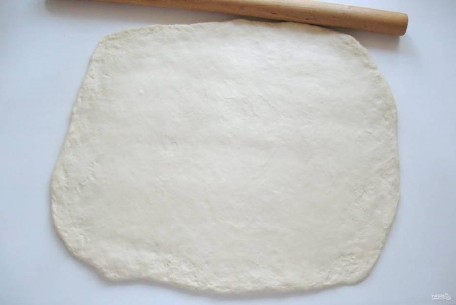 Тесто раскатайте в прямоугольный пласт.