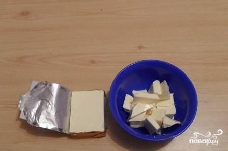 """Плавленый сыр нарежем на небольшие кубики. Так он быстрее """"разойдется"""" в супе. Добавляем сыр в кастрюлю и, помешивая, варим до полного растворения сыра. Затем взбиваем суп блендером, доводим до кипения — и можно подавать к столу, посыпав зеленью."""