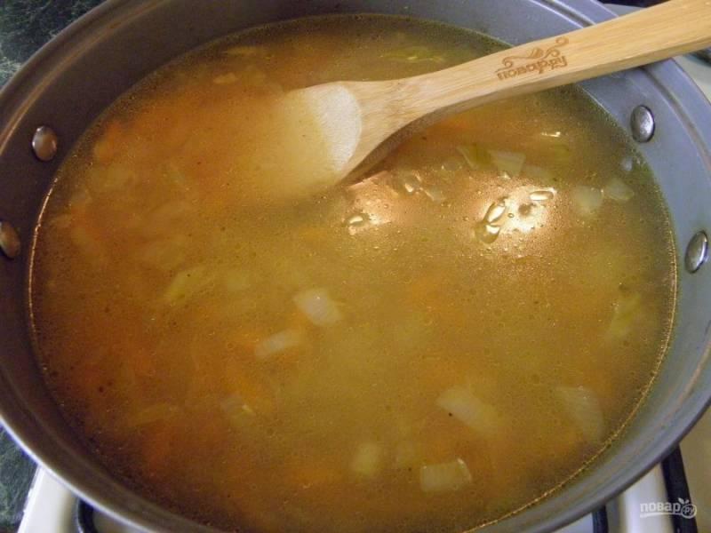 6. Залейте водой на 2 см больше уровня риса. Накройте крышкой, доведите до кипения и варите на медленном огне до полного испарения жидкости. Перемешивать рис не нужно.