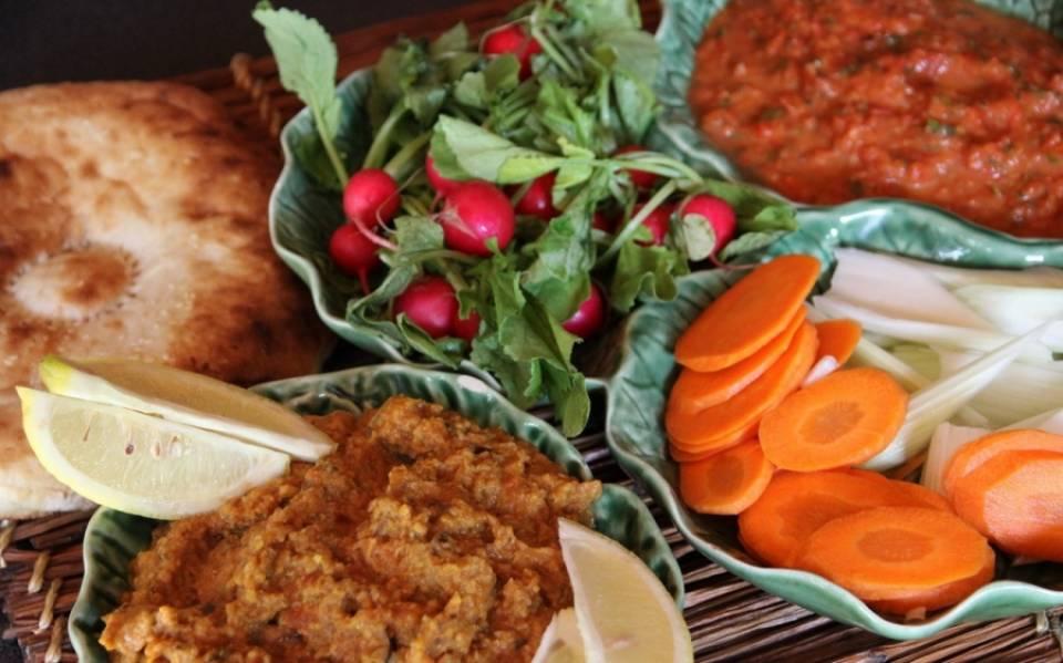 Выкладываем готовую баклажанную массу на блюдо. Вот и готовы наши баклажаны по-царски! Подавать можно с лавашем и свежими овощами, как Вашей душе угодно будет. Приятного аппетита!