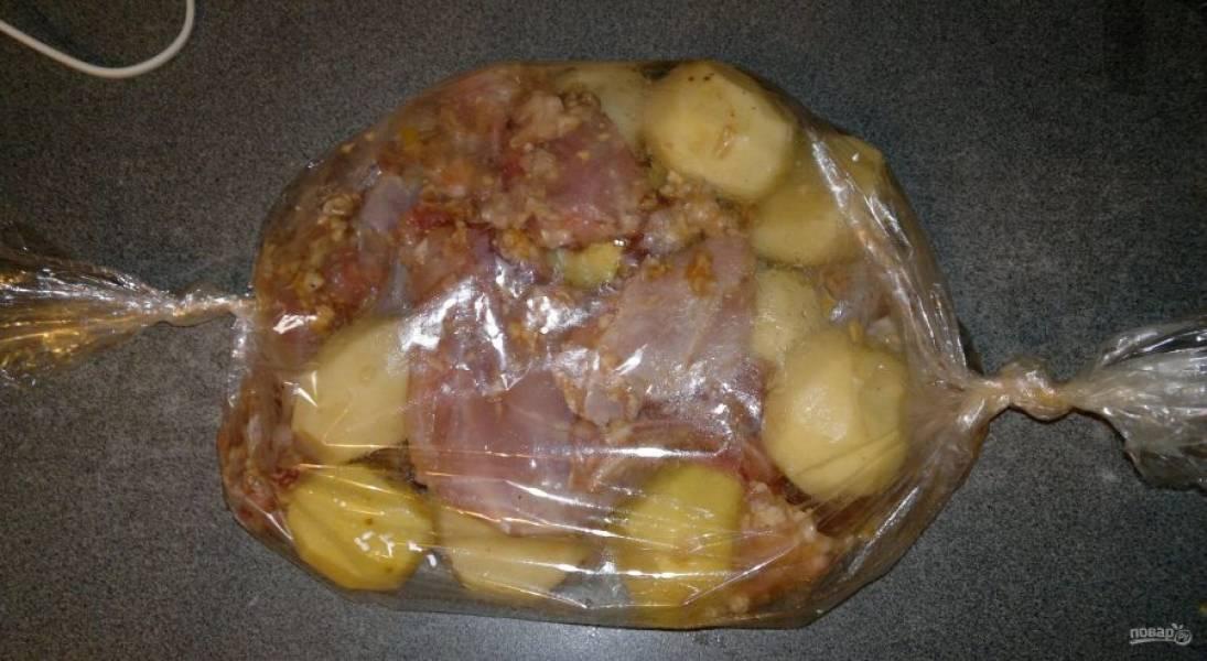 Поместите кролика и картофель в рукав. Закрепите его с обеих сторон.