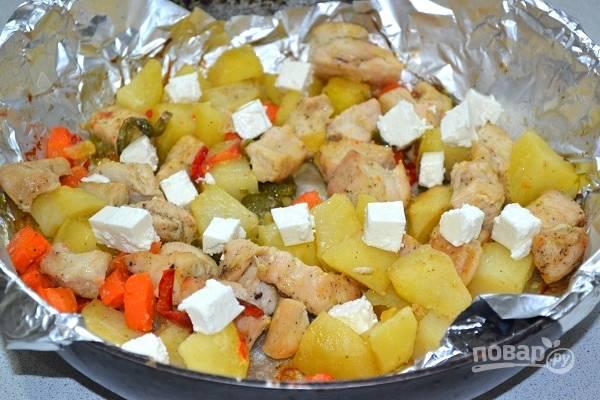 11. Готовое блюдо дополните нарезанной кубиками фетой.