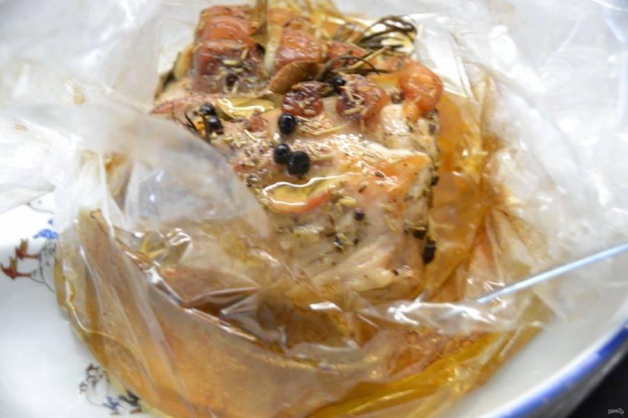 Через 1,5 часа запекания надрежьте пленку сверху, раскройте и полейте образовавшимся соком мясо и еще запекайте примерно 30 минут  до румяной корочки.