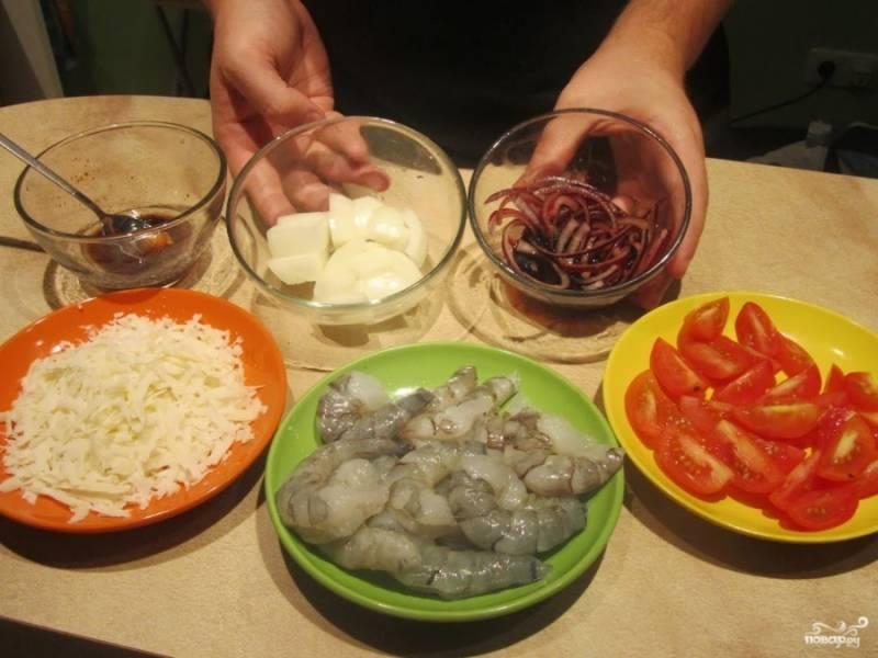 6. Вымойте и обсушите помидоры, нарежьте их произвольно. Пармезан натрите на терке. Подготовительный этап на этом завершен.