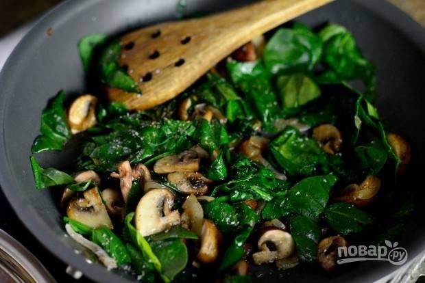 9. После этого добавьте в сковороду шпинат.