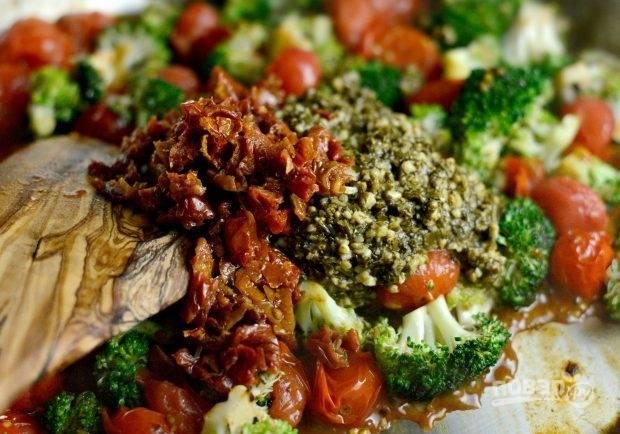 5. Потом добавьте нарезанные вяленые помидоры и соус.