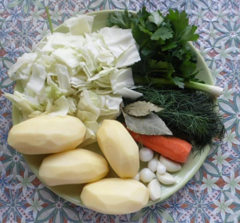 Овощи промываем и очищаем от лишних частей. Крупно режем капусту, мелко - картофель. Добавляем капусту в кастрюлю с грибами, варим 10 минут, кладем картофель и варим еще 10 минут.