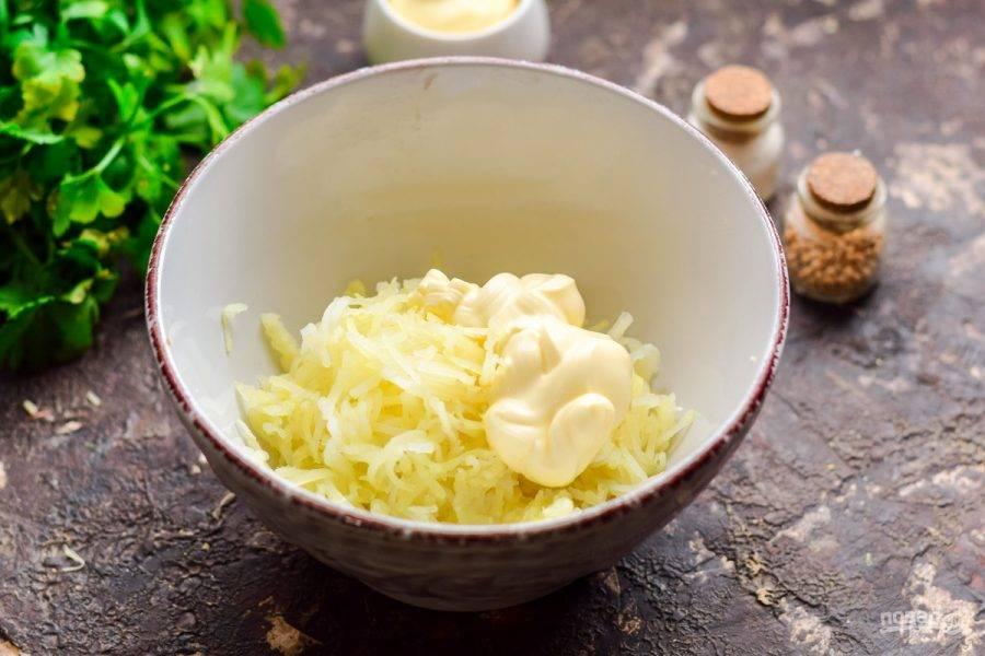 Картофель натрите на средней терке, соедините с майонезом, перемешайте.