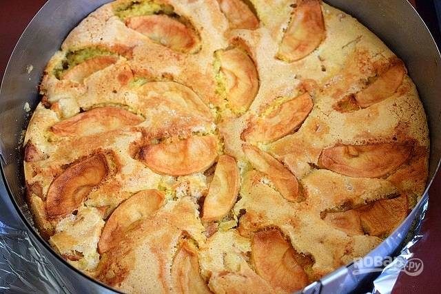 Дайте пирогу остыть в форме, а затем аккуратно вынимайте.