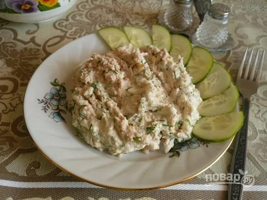 А затем можем подавать к столу. Очень удобно таким салатом наполнять тарталетки.