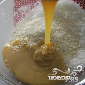 1. В средней миске объединить кокосовую стружку и сгущенное молоко, тщательно перемешать. Накрыть крышкой и поставить в холодильник на 1 час.