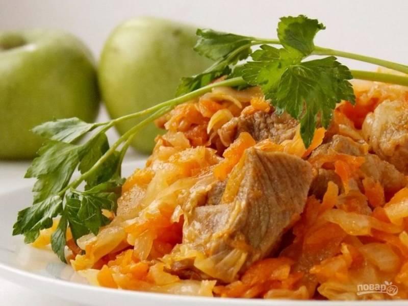 9.Подавайте солянку с капустой и мясом сразу после выключения огня, можно как самостоятельное блюдо или с гарниром.