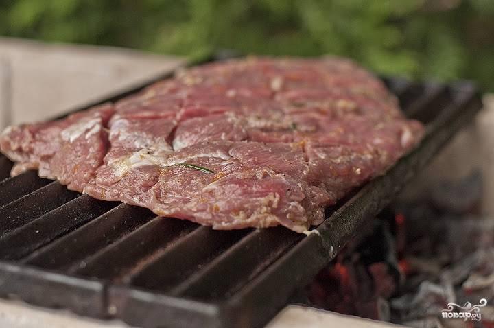 7. Последний этап — непосредственно жарка. Чтобы получить мясо средней прожарки, достаточно 4-5 минут с каждой стороны. Ориентироваться, безусловно, нужно на свой вкус.