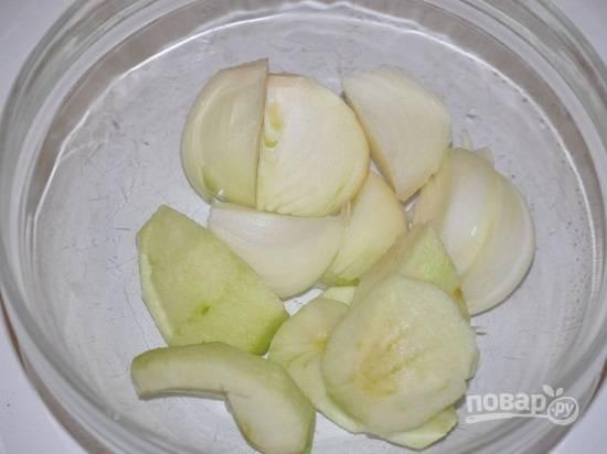 Яблоко очистим от кожуры и сердцевины, очистим лук. Нарежем дольками.