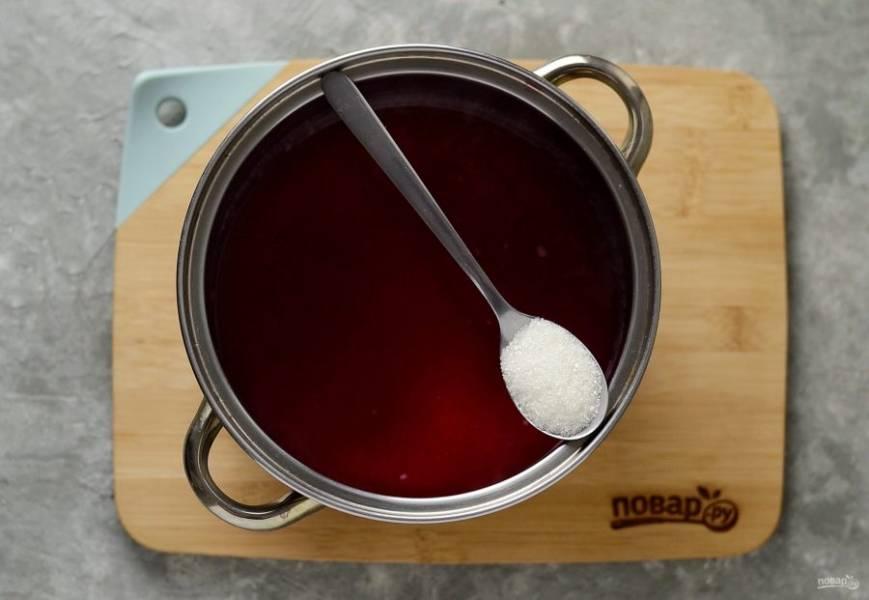 Добавьте сахар, доведите до кипения. Варите сок, пока не растворится сахар.