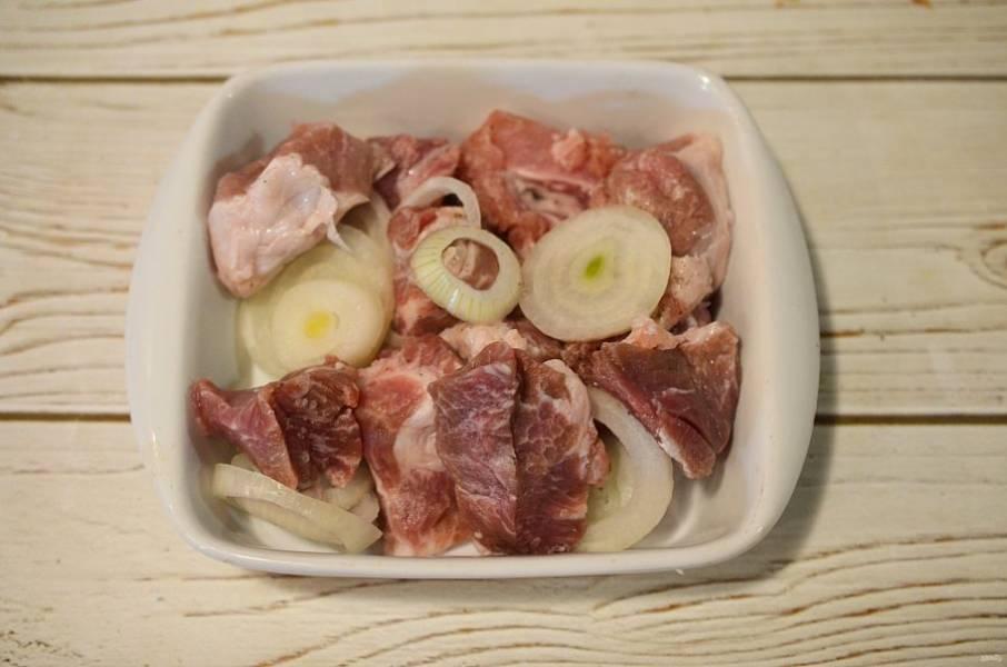 Влейте жидкий дым, перемешайте и выложите мясо в жаропрочную форму.