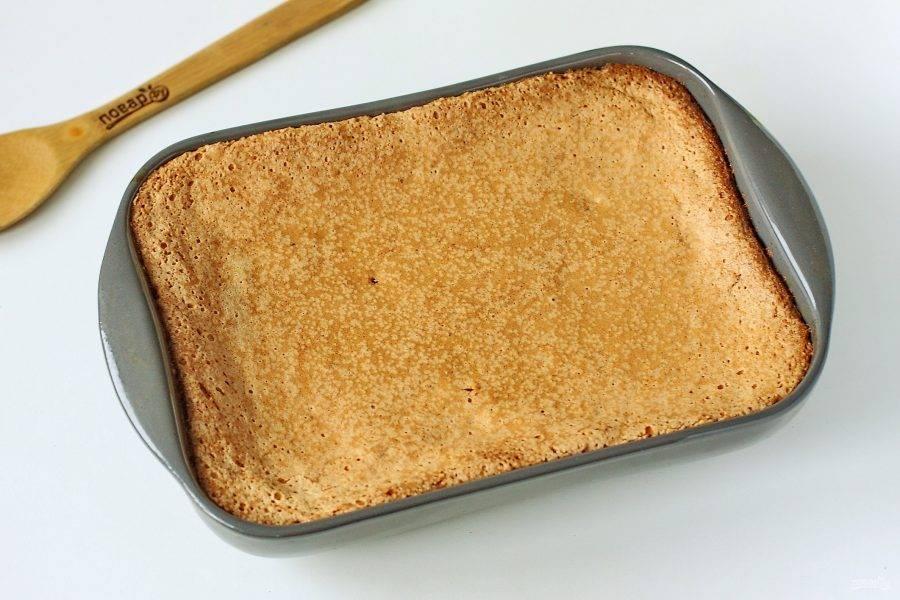 Выпекайте бисквит в духовке при температуре 180 градусов около 30 минут. Готовность проверяйте деревянной шпажкой или зубочисткой.