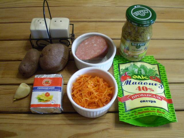 1. Приготовим продукты и специи. Картофель отварите в мундире до готовности, остудите.
