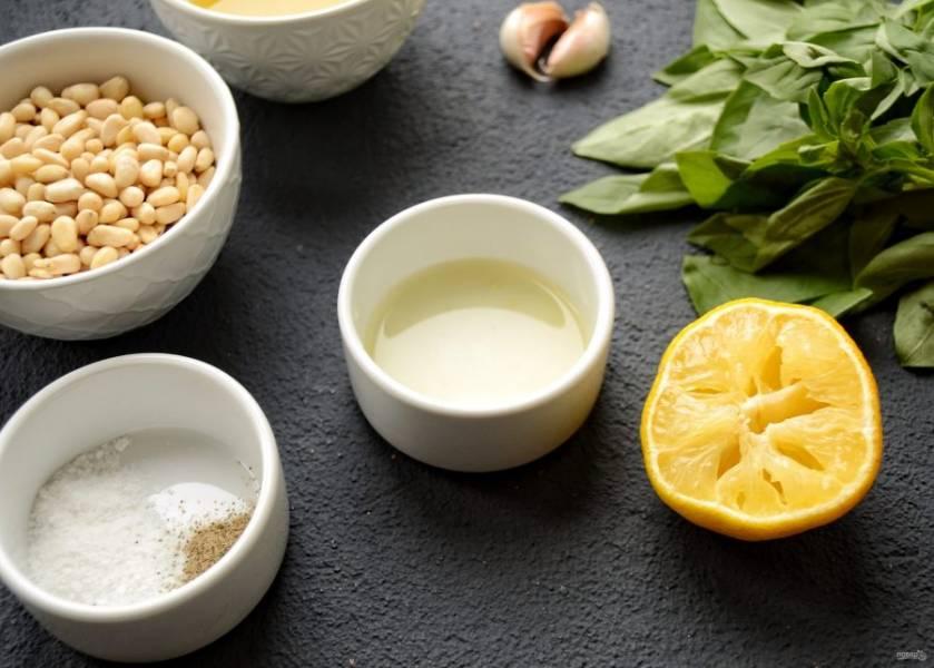 Из лимона выжмите 3 столовых ложки сока.