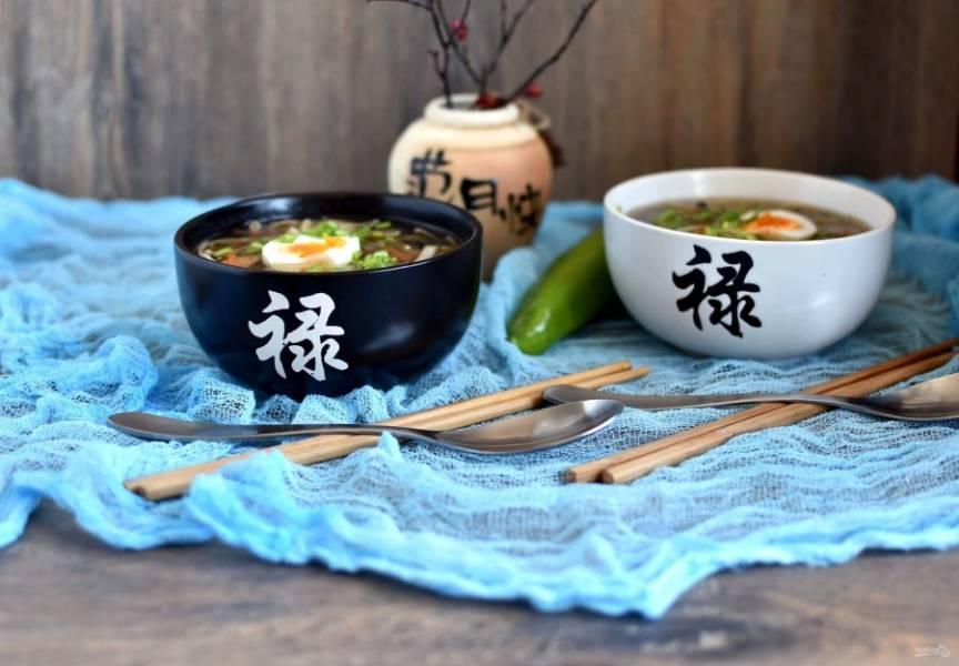 Подавайте суп горячим, добавив  в тарелку половинку сваренного вкрутую яйца и щедро посыпав зеленым луком.