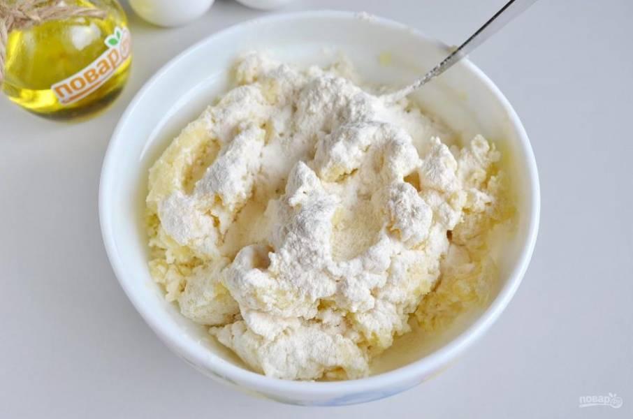 7. Добавьте сырое яйцо, перемешайте, потом вводите небольшими частями муку. Перемешайте тесто.