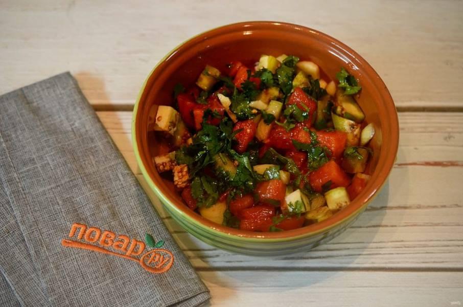 3. Овощи перемешайте, добавьте масло и соевый соус. Перемешайте.