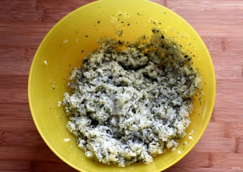 Сварите рис, остудите, добавьте немного сушеного лука и петрушки. Взбейте вилкой белки и соедините их с рисом.