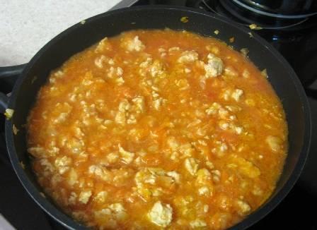 Выливаем в сковороду с фаршем измельченные помидоры, солим и перчим. Даем покипеть минут 5.