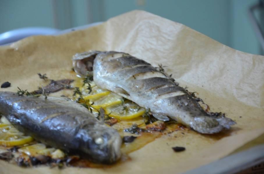 Не забудьте про веточки тимьяна, они придадут непревзойденный аромат блюду. Отправляем в духовку на 20-25 минут при 220 С. Дайте рыбке 5 минут подрумянится, а потом накройте фольгой. Наша форель, запеченная в фольге, готова! Приятного аппетита!